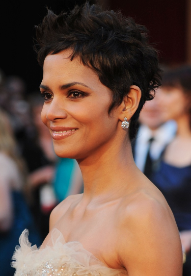 halle berry 2011 academy awards. Halle Berry looked like